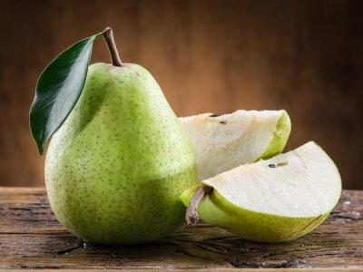 Image Poire fruit avec des feuilles sur fond de bois.