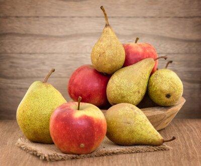 Image Poires et les pommes sur la table en bois