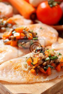 poitrine de poulet cru rempli avec garniture de légumes