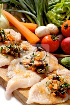 poitrine de poulet cru rempli de garniture de légumes