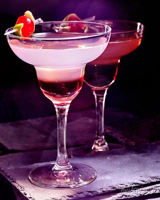 Image Pomegranate boire avec de la cerise sur fond noir. Carte de cocktail 90.