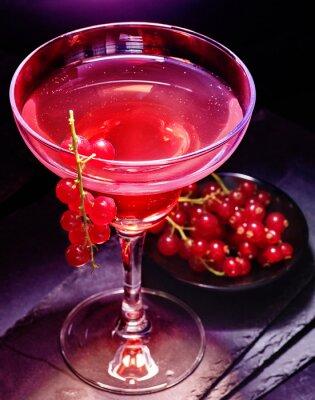 Pomegranate cocktail décoration groseille rouge branche sur fond noir. Carte de cocktail 85.