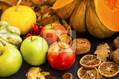 Pommes d'automne, récolte de fruits d'automne avec des citrouilles, des noix et des épices