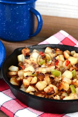 Pommes de terre de petit déjeuner agrandi dans une poêle