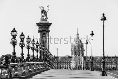 Image Pont Alexandre III pont sur la Seine et l'Hôtel des Invalides à l'arrière-plan dans la matinée d'été ensoleillée. Pont décoré de lampes et de sculptures de style Art Nouveau. Paris, France