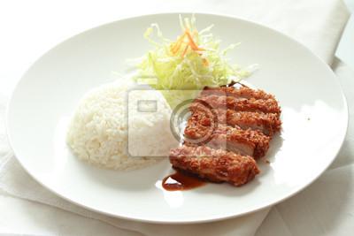 porc frit avec du riz japonais sur la plaque ronde blanche