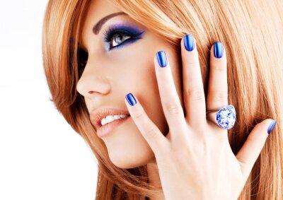 Image portrait d'une belle femme avec des ongles bleus, bleu maquillage