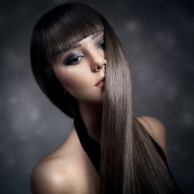 Image Portrait d'une belle femme brune avec de longs cheveux raides