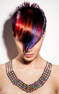 Image portrait d'une belle jeune fille aux cheveux teints