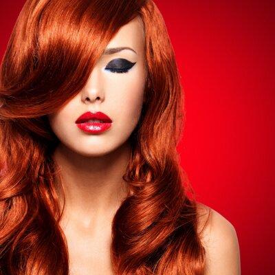 Image Portrait d'une femme avec des poils rouges longs