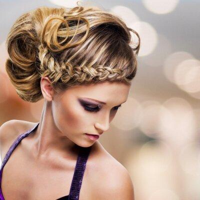 Image portrait d'une femme belle avec la coiffure