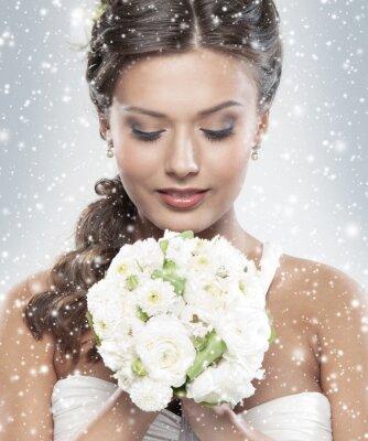 Image Portrait d'une jeune mariée tenant un bouquet de fleurs