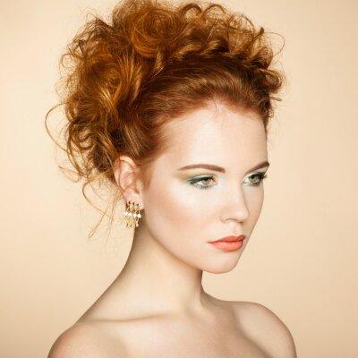 Image Portrait de belle femme sensuelle avec coiffure élégante