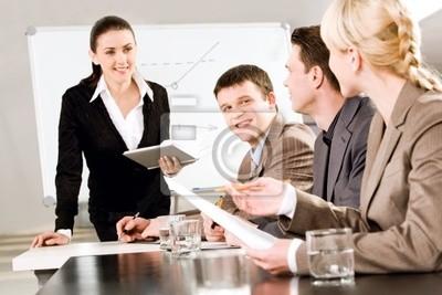 Portrait de gens d'affaires de discuter d'une nouvelle stratégie