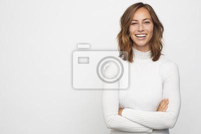 Image portrait de jeune femme heureuse regarde à huis clos
