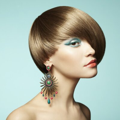 Image Portrait de la belle jeune femme avec boucle d'oreille