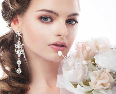 Image Portrait de la belle jeune mariée isolé sur fond blanc