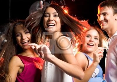 Portrait de rire fille danse au milieu de ses amis