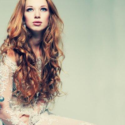 Image portrait élégant jeune fille rousse est en vêtements de dentelle
