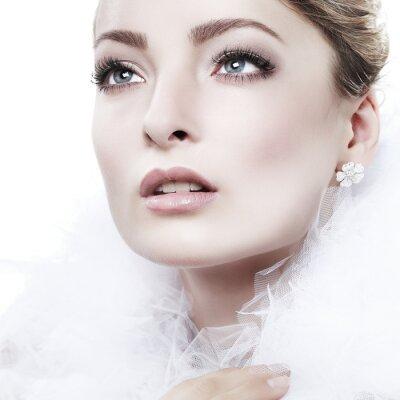 Image portrait fille est dans le style de la mode. Décoration de mariage. Isolé
