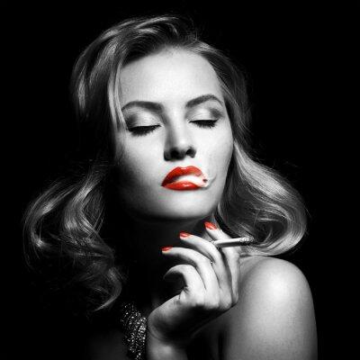 Image Portrait rétro de belle femme avec la cigarette