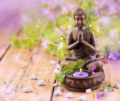 Image Prier Bouddha avec une bougie et de la lavande