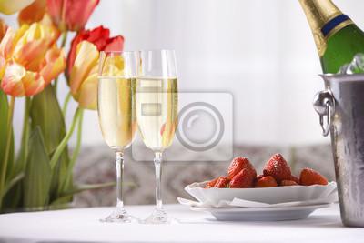 Printemps nature morte avec du vin de champagne, des fraises et des tulipes