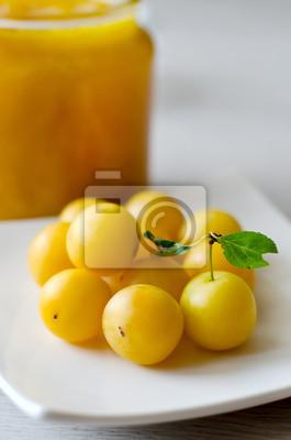 Prunes jaunes sur la plaque et une boîte de confiture