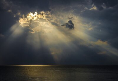 Image Raggi di luce sul mare attraverso le nuvole