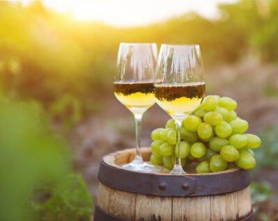 Image Raisins blancs et deux verres de vin blanc
