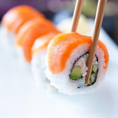 Image ramasser un morceau de sushi avec des baguettes