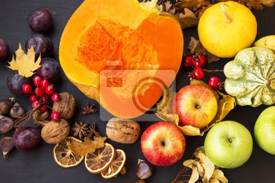 Récolte d'automne avec des citrouilles, des courges, des prunes, des pommes et des châtaignes, vue de dessus