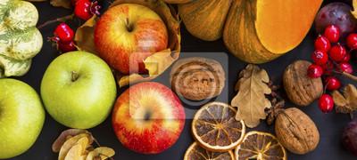 Récolte d'automne avec des pommes, des citrouilles, des courges, des prunes et des châtaignes, vue de dessus