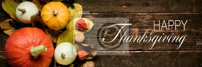 Image Récolte d'automne et vacances encore la vie. Bonne bannière de Thanksgiving. Sélection de diverses citrouilles sur fond en bois foncé. Légumes d'automne et décorations de saison.