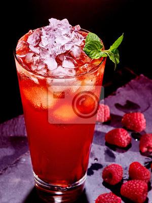 Red cocktail de framboise sur un fond sombre 6.