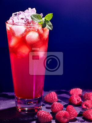 Red cocktail de framboise sur un fond sombre 78.