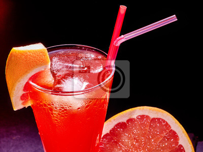 Red drink avec le pamplemousse et le cube de glace