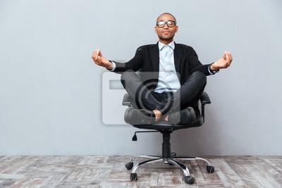 Image Relaxé, africaine, jeune, séance, méditer, bureau, chaise