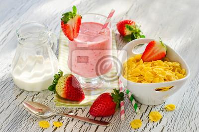 Repas du matin santé avec cornflakes, Smoothie fraise et d'être