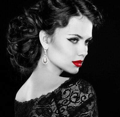 Image Rétro femme. Mode fille modèle portrait. Photo noir et blanc.