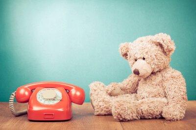 Image Rétro téléphone rouge et Teddy Bear près de menthe mur vert