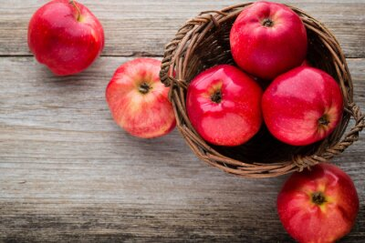 Image Ripe pommes rouges sur fond de bois.