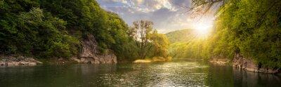 Image rivière de la forêt de pierres sur les rivages au coucher du soleil