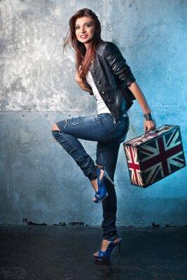 Image Roche jeune femme avec une valise avec le drapeau britannique