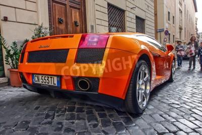 Image Rome, 23 octobre 2010: Un Lamborgini est garé sur une rue pavée.