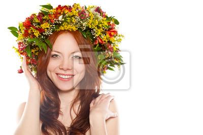 rouge aux cheveux femme heureuse avec une gerbe de fleurs sur la tête