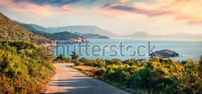 Image Route vers la plage d'Ierussalim. Paysage marin pittoresque de la mer ionienne. Lever de soleil impressionnant sur l'île de Céphalonie, Grèce, Europe. Fond de concept de voyage.