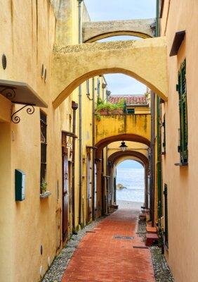 Image Rue étroite menant à la mer Méditerranée dans la vieille ville Varig