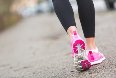 Image Runner Femme Chaussures agrandi sur la route, le réglage de la ville.