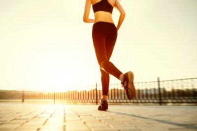 Image Runner pieds en cours d'exécution sur la route Gros plan sur la chaussure. femme de remise en forme sunri